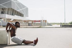 schwarzer Mann, der draußen trainiert