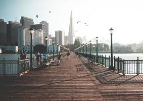 San Francisco, ca. 2018 - Touristen säumen die Promenade von Pier 7