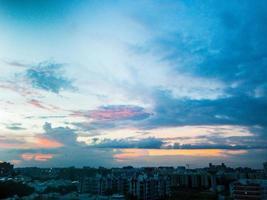bunte Wolken über einer Stadt bei Sonnenuntergang