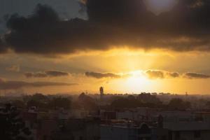 Silhouette einer Stadt bei Sonnenuntergang