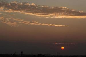 Wolken am Himmel in der Abenddämmerung