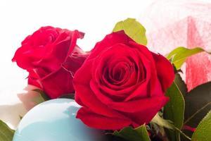 rote Rosen und Dekorationen