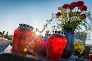 Gedenktag - Kerzen und Blumen foto