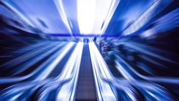 Rolltreppe am Bahnhof, Ansicht in Blauton. Bewegungsunschärfe foto