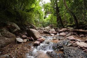 Langzeitbelichtung eines Flusses und Felsen.