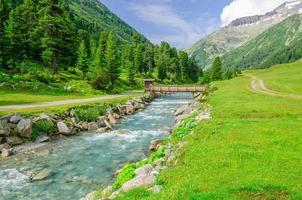 Gebirgsbach und hohe Gipfel der österreichischen Alpen