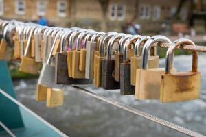 Vorhängeschlösser auf einer Brücke foto