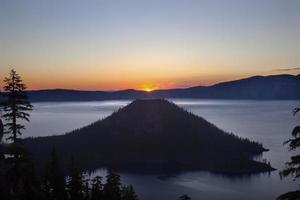 Kratersee Zauberer Insel Sonnenaufgang Oregon foto