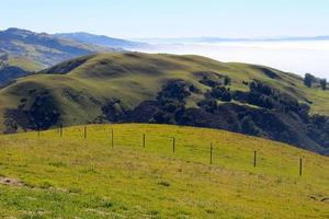 Hügel und Nebel