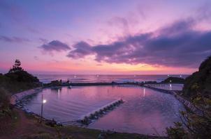 schöner Sonnenaufgang im See nahe Strand in binh dinh, viet nam