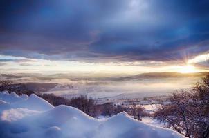 schöne Aussicht auf die schneebedeckten Berge