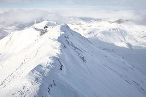 schneebedeckter Berg unter dicken Wolken