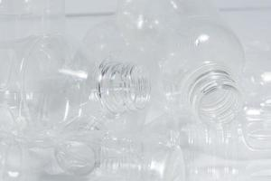 leere Plastikflaschen auf weißem Hintergrund foto