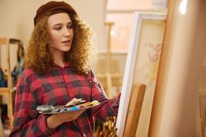 Mädchen malt auf einer Leinwand