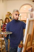 Mann malt in einem Studio