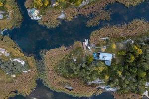 grüne Bäume und Häuser am Wasser