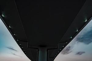 weiße Betonbrücke unter von unten
