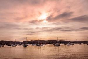 Schattenbild der Boote auf See während des Sonnenuntergangs