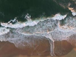 sonnenbeschienene Gewässer am Ufer foto