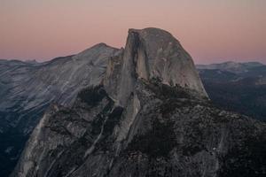 halbe Kuppel des Yosemite-Tals während des Sonnenuntergangs foto