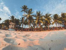 Philippinen, 2018-Touristen säumen das Einkaufsviertel am Strand