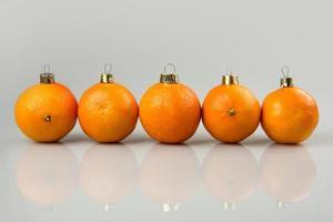 eine Reihe von Mandarinenkugeln