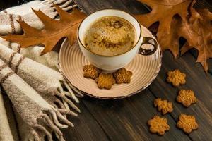 Kaffee mit Keksen und Blättern