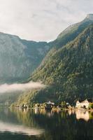 Häuser in der Nähe eines ruhigen Gewässers foto