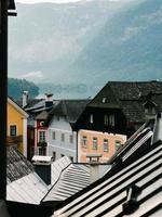 hallstatt, österreich, 2020 - österreichische schokoladenkistenhäuser foto