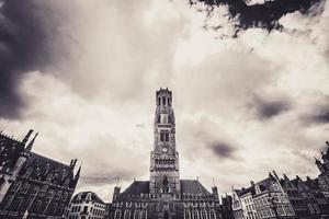 Brügge, Belgien, 2020 - Schwarzweißfoto des Glockenturms von Brügge