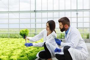 Frau und Mann in Laborgewändern