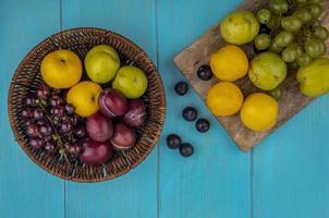 verschiedene Früchte auf blauem Hintergrund
