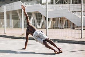 Afroamerikanermann, der Seitenplanke tut