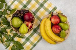 verschiedene Früchte auf stilisiertem Mittherbsthintergrund