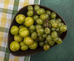 verschiedene Früchte auf kariertem grünem Hintergrund