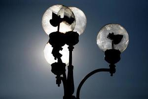 der Stromkreis der Straßenlaterne im Sonnenlicht foto