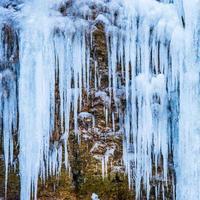 gefrorener Wasserfall von blauen Eiszapfen