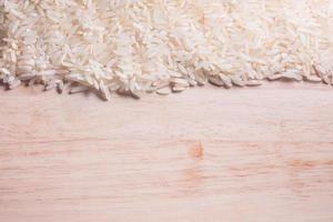 Reis auf Holzboden