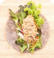 Draufsicht auf eine offene Salatverpackung