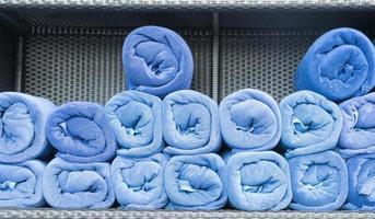 Regal mit blauen Handtüchern foto