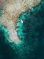 Luftaufnahme eines Bootes in Ufernähe