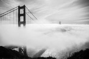 goldene Torbrücke mit Nebel bedeckt