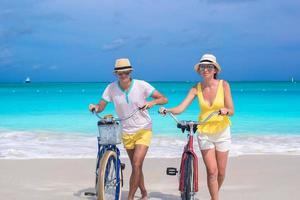 Paar mit Fahrrädern am Strand