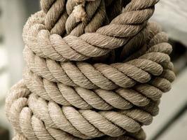 abgenutztes Seil in einem Knoten gebunden