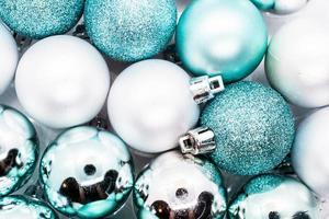 hellblaue und silberne Weihnachtskugeln