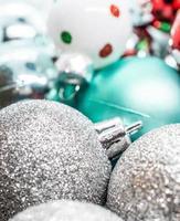Nahaufnahme von Weihnachtskugeln