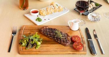 großes Steak mit gegrillten Tomaten