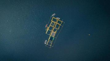 Luftaufnahme von Booten an einem Dock in der Mitte des Ozeans