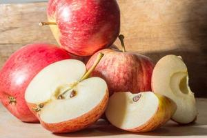 Äpfel auf Holzboden