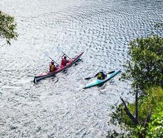 Sydney, Australien, 2020 - Menschen, die in der Bucht Kajak fahren